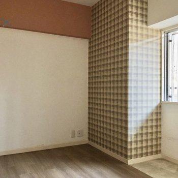 5帖の洋室はまた雰囲気が変わってモザイクアートのようなクロス。(※写真は清掃前のものです)