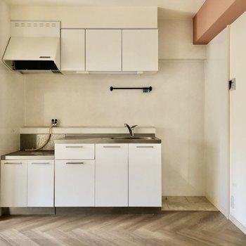 白い清潔感のあるキッチン。隣に冷蔵庫置けます。(※写真は清掃前のものです)