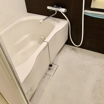 お風呂はサーモ水栓で温度調整も楽です、追い焚き機能も付いていますよ!(※写真は清掃前のものです)