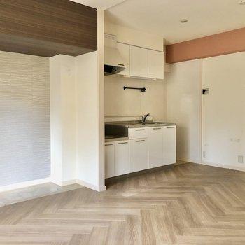 キッチン横にアクセントクロス。ソファも壁付けで置いてもいいかも!(※写真は清掃前のものです)