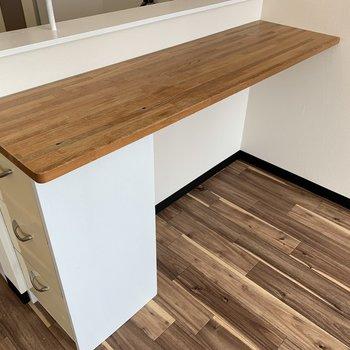 キッチン前にはカウンターテーブルもあるので椅子のご用意を♪テーブルは用意しなくて大丈夫そう
