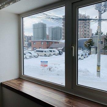 立派な出窓◎テーブルランプを置いても素敵かも。