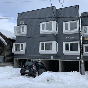 1階は駐車場なのでお部屋は真ん中の階。