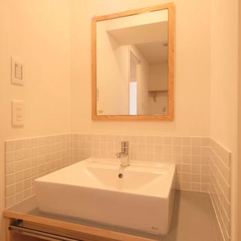 【イメージ】洗面台は四角!大工さんお手製の棚付き。