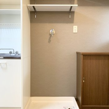 キッチンのお隣には洗濯機置場。ラック付でお洗濯用品の収納に重宝しそうです。
