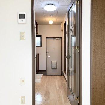 ドアの向こうには水廻りが。