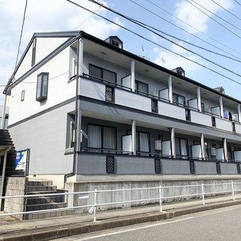 駅から徒歩6分の2階建てアパートです。