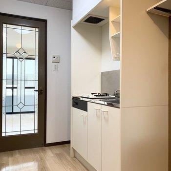 まずは冷蔵庫置場とキッチン。やっぱりこのドア素敵です◎