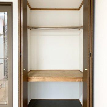 収納は中段と枕棚付の元押入れタイプ。奥行きがあってハンガーパイプも設置されているので容量たっぷり。