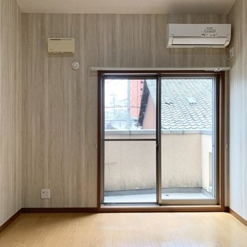 お部屋の広さは6帖ですが、天井が高いので広めな体感◎