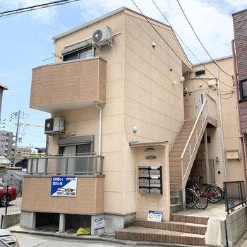 駅から4分の2階建てアパートメント。
