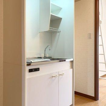 お部屋を出てすぐ冷蔵庫置場とキッチンが。