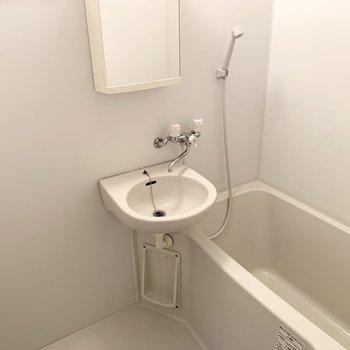 お風呂と洗面のシンプルな2点ユニットですが、