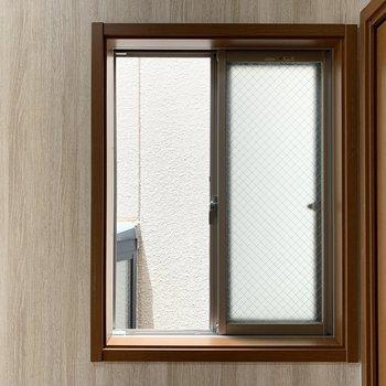 もうひとつの窓の外はすぐお隣さまの窓があるので逆を開けた方がいいかも。