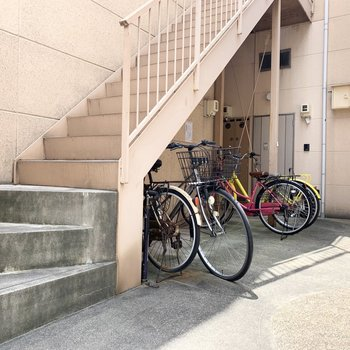 階段の下には自転車置場。