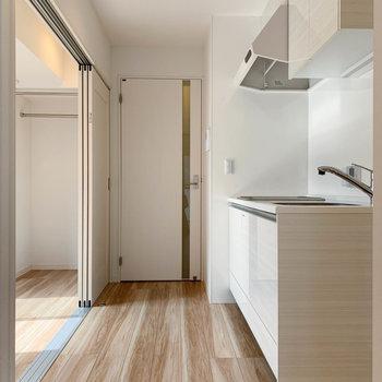 【LDK】廊下への扉近くにキッチン。