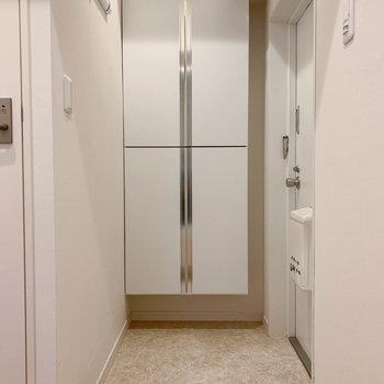 玄関です。サイドの壁にフックが付いています。