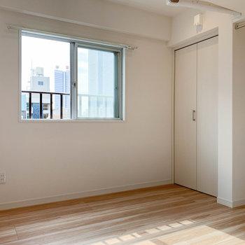 【ベッドルーム】キッチンの後ろ、引き戸越しに洋室。