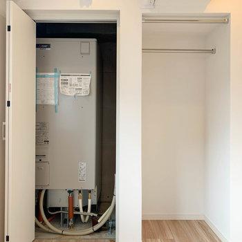 【ベッドルーム】右がクローゼット、扉の中には電気温水器。