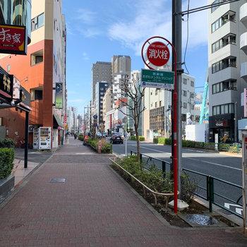 駅前の通り沿いには飲食店がちらほら。
