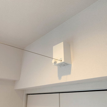 【ベッドルーム】上部に収納式の室内干しワイヤーが付いています。