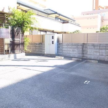 【共用部】駐車場は入り口です。