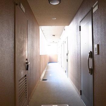 【共用部】お部屋前の廊下です。突き当たりが今回のところ!