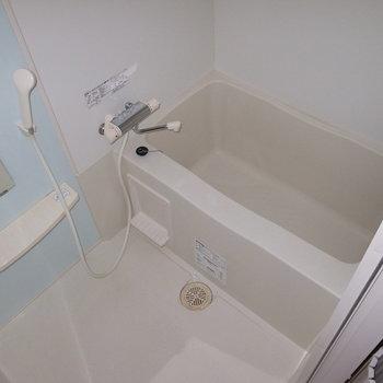 お風呂は窮屈さもなく。パステルブルーでさらっとした雰囲気に。