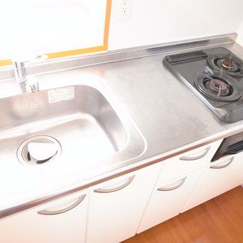 大きなシンク、2口ガスコンロに、調理スペースもすこしだけですがありました!