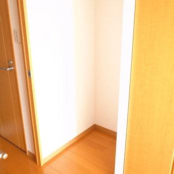 冷蔵庫はどこに置くんだろう?と思ったら、廊下へのとびらのとなりに。