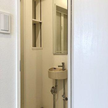 続いてサニタリー。手洗い場があります。