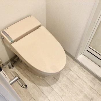 ウォシュレット付きのトイレ。すぐとなりにバスルームです。