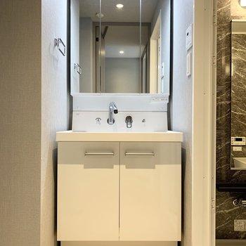 清潔感のある独立洗面台です