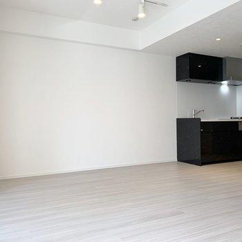 【LDK】黒色のキッチンが映えますね