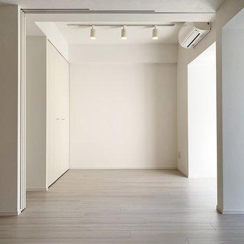 【洋室】スライドドアを開けると広々としたワンルームに様変わり