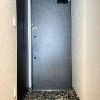 バスルームと同じ柄の靴置き場、コンセプトが統一されています