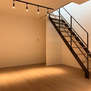 居室は階段で地下へ。
