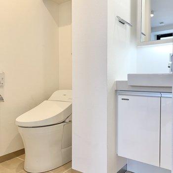 トイレは奥に。