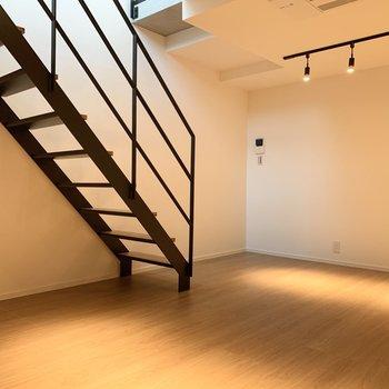 階段後ろにソファを置いても良さそう。