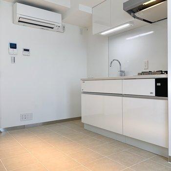 冷蔵庫もキッチン横にすっぽり入りますね。