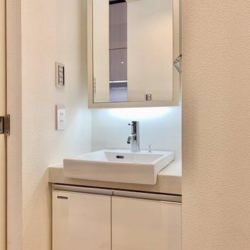 洗面台。下部ライトで明るくなります。