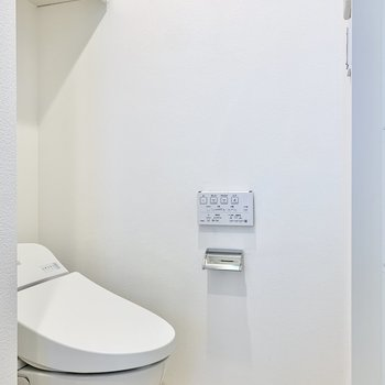 トイレは上部に収納棚も付いています。