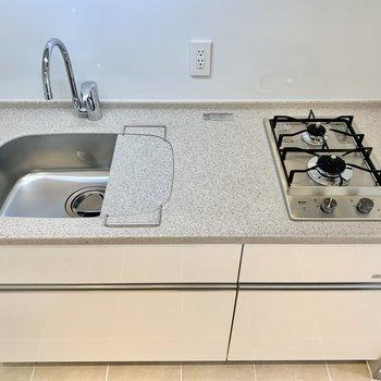 キッチンはシンプルな白。ツヤがあります。