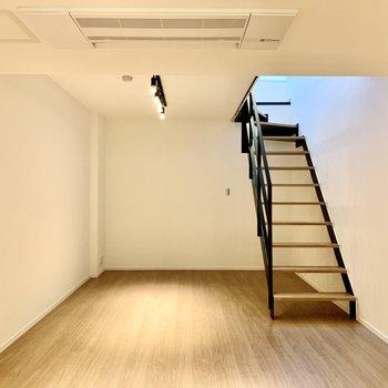 スポットライトに照らされたショールームのような空間。