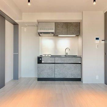 【LDK】キッチンは後ろです。※写真は3階の同間取り別部屋のものです
