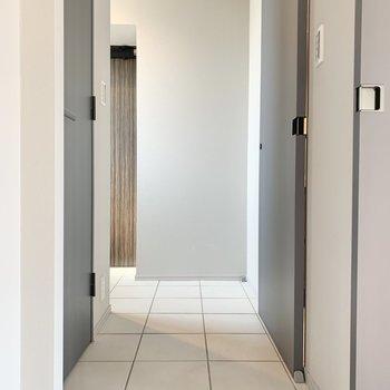 脱衣所は右手です。※写真は3階の同間取り別部屋のものです