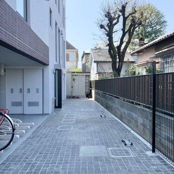 駐輪場は建物横です。