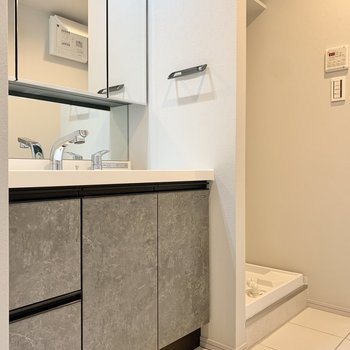 洗面台もグレーですよ。※写真は3階の同間取り別部屋のものです