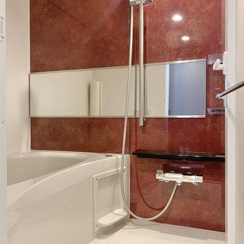 ワインレッドのバスルーム。※写真は3階の同間取り別部屋のものです
