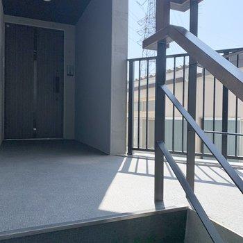 お部屋は階段目の前の角部屋です。